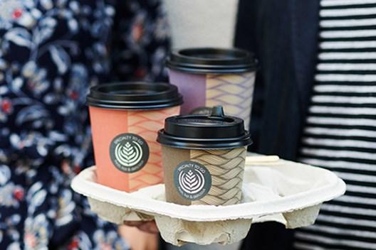 pladni za nošenje lončkov za kavo z lončki